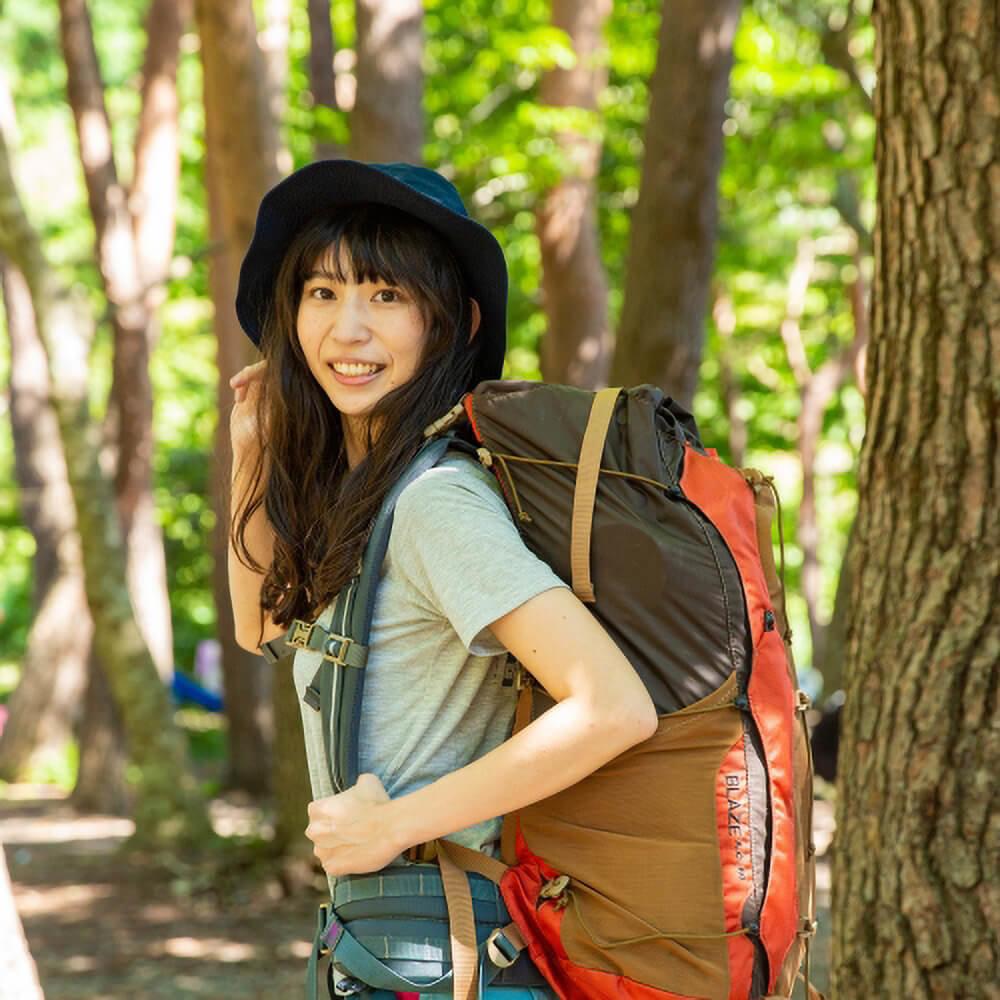 02_女子キャンパー森風美さんのポートレート写真。登山をしているところ