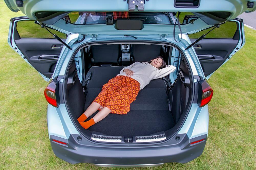 07_Hondaのフィット クロスターの後部座席を倒した状態「ユーティリティー・モード」にして、森風美さんが斜めに寝てみたところ