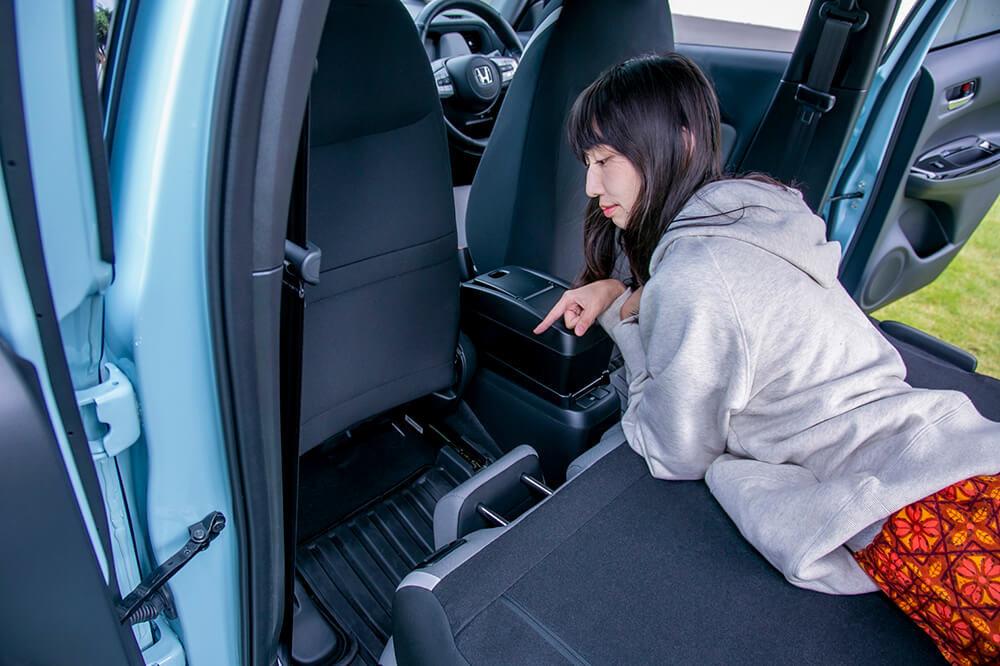 08_前列シートと倒した後部座席のあいだにできた溝を指差す森風美さん