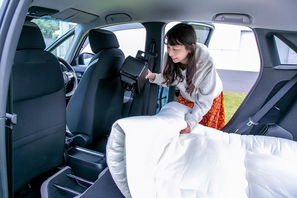 09_Hondaフィット クロスターで車中泊するためにニトリの敷布団を敷いているところ