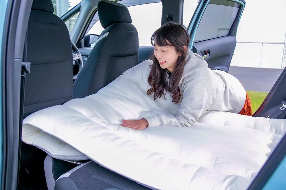 10_Hondaフィット クロスターで車中泊するためにニトリの敷布団を敷いているところ