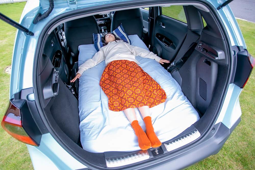 11_Hondaフィット クロスターで身長165センチの女性が快適に車中泊できるか寝て試している