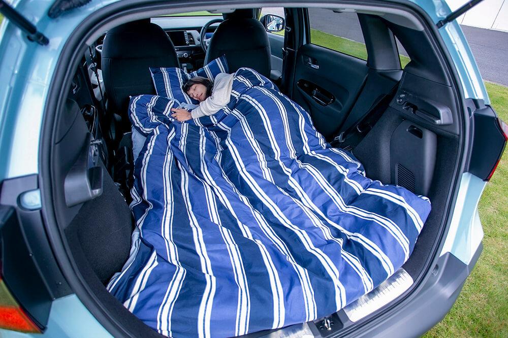 13_Hondaフィット クロスターにニトリの布団を敷いて車中泊している森風美さん