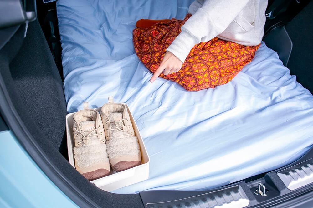 30_ラッセバスケットに入れた靴を車内の布団の上に置いている
