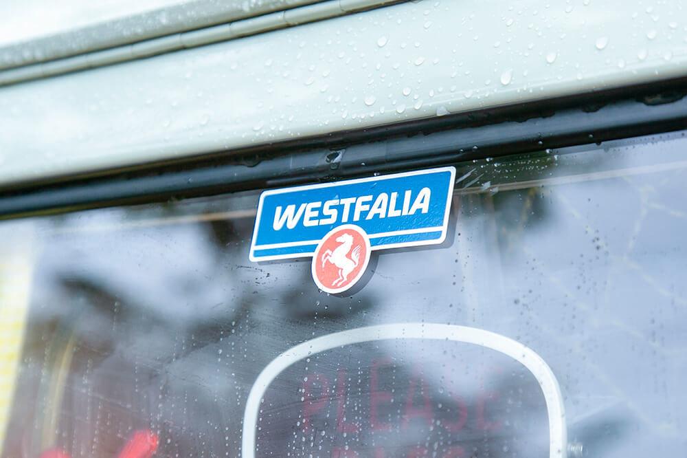 06 ワーゲンバス(フォルクスワーゲン トランスポルター タイプ2 ウエストファリア SO23)。ウィンドウにはったWESTFALIA のシール