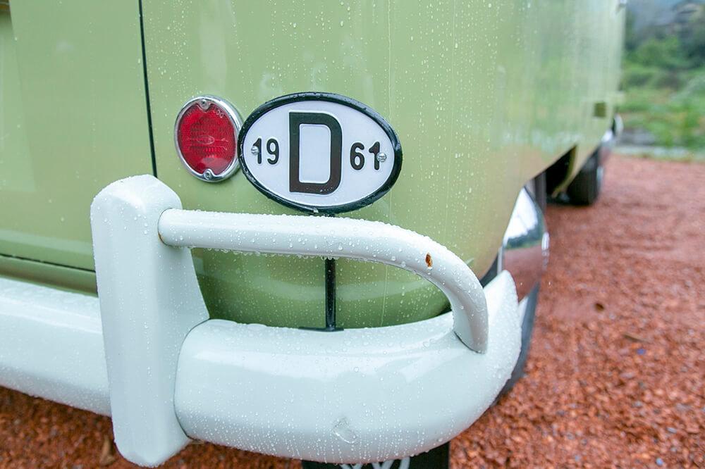 08 ワーゲンバス(フォルクスワーゲン トランスポルター タイプ2 ウエストファリア SO23)につけたプレートには製造年の1961の文字