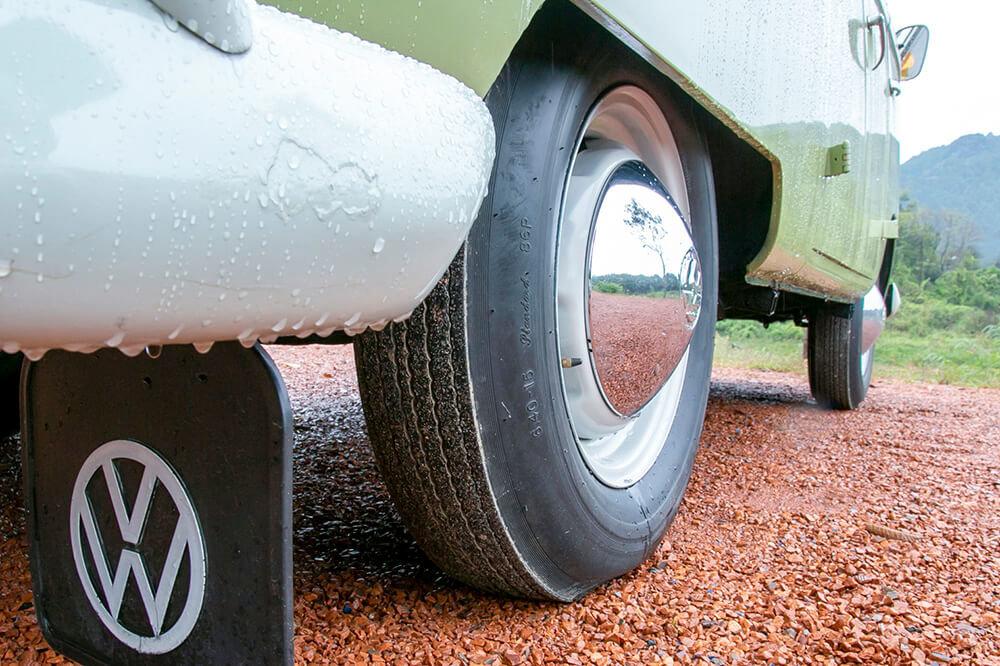 12 ワーゲンバスのタイヤは、バイアスタイヤという細いタイヤ