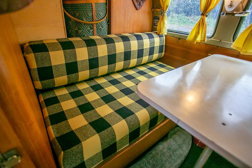 14 黄色と緑色のチェック柄のシートをかぶせたリアシート