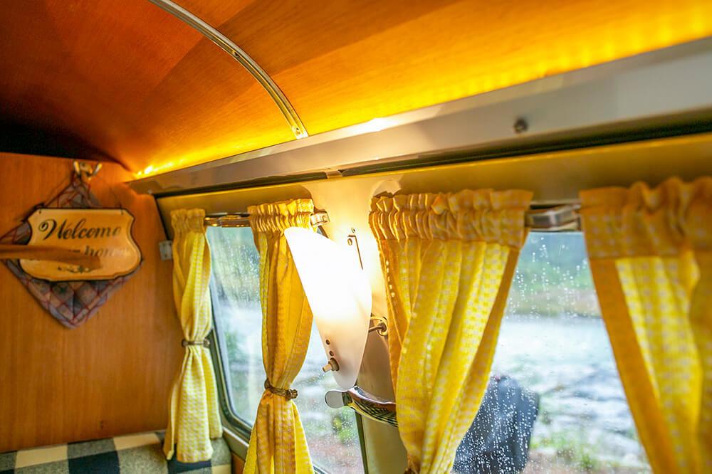 16  天井とカーテンレールのあいだに間接照明
