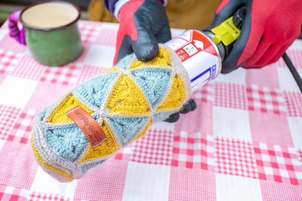 21 ガス缶カバーは、毛糸で編んだもの