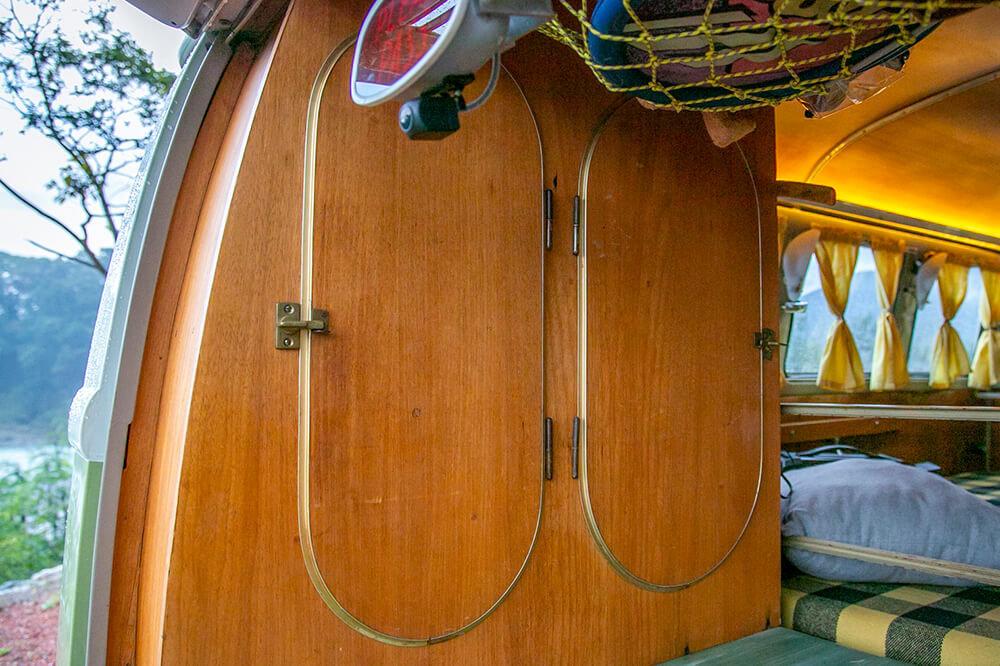 22 後部の荷室の両サイドは木製キャビネット。楕円形の扉