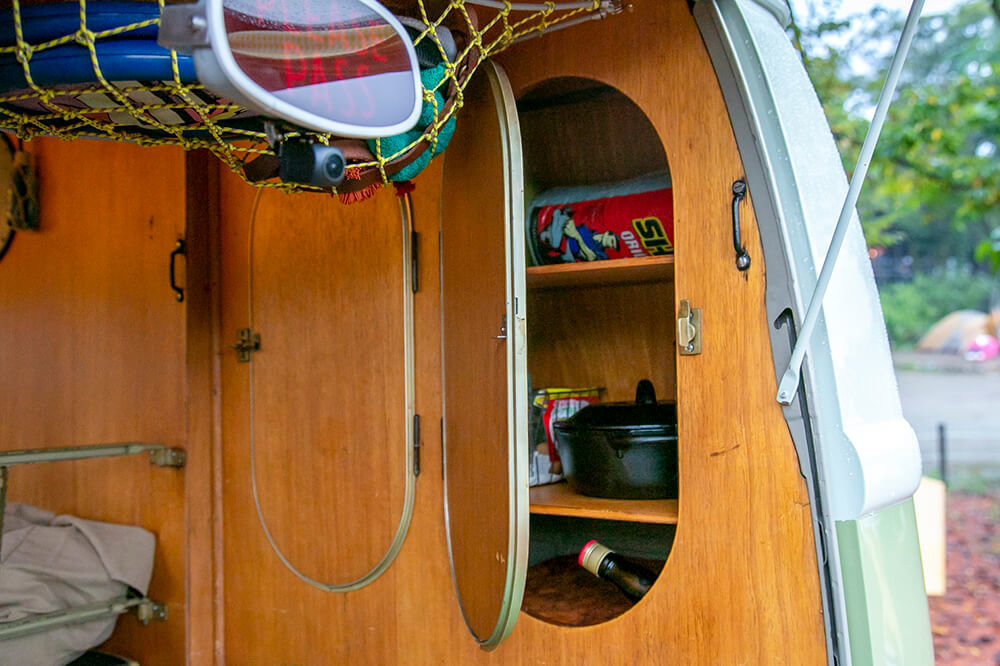 23 後部の荷室の両サイドは木製キャビネット。楕円形の扉を開いたところ