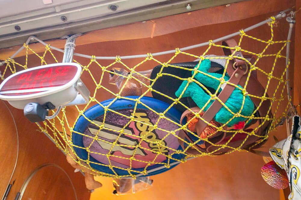 24 天井には収納のためのネット