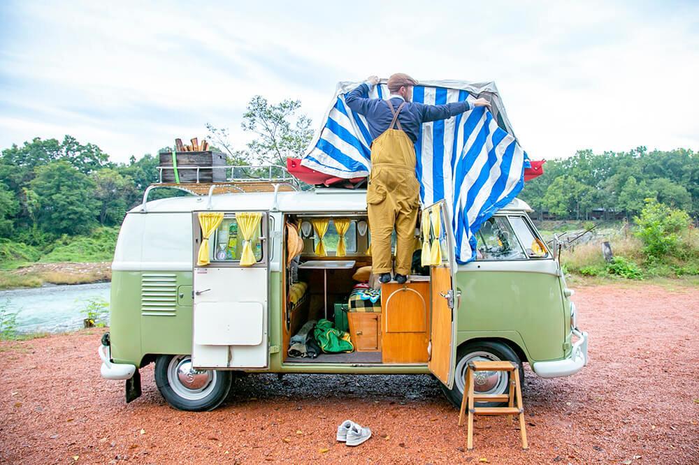 29 ワーゲンバスの屋根のルーフテントを展開しているところ