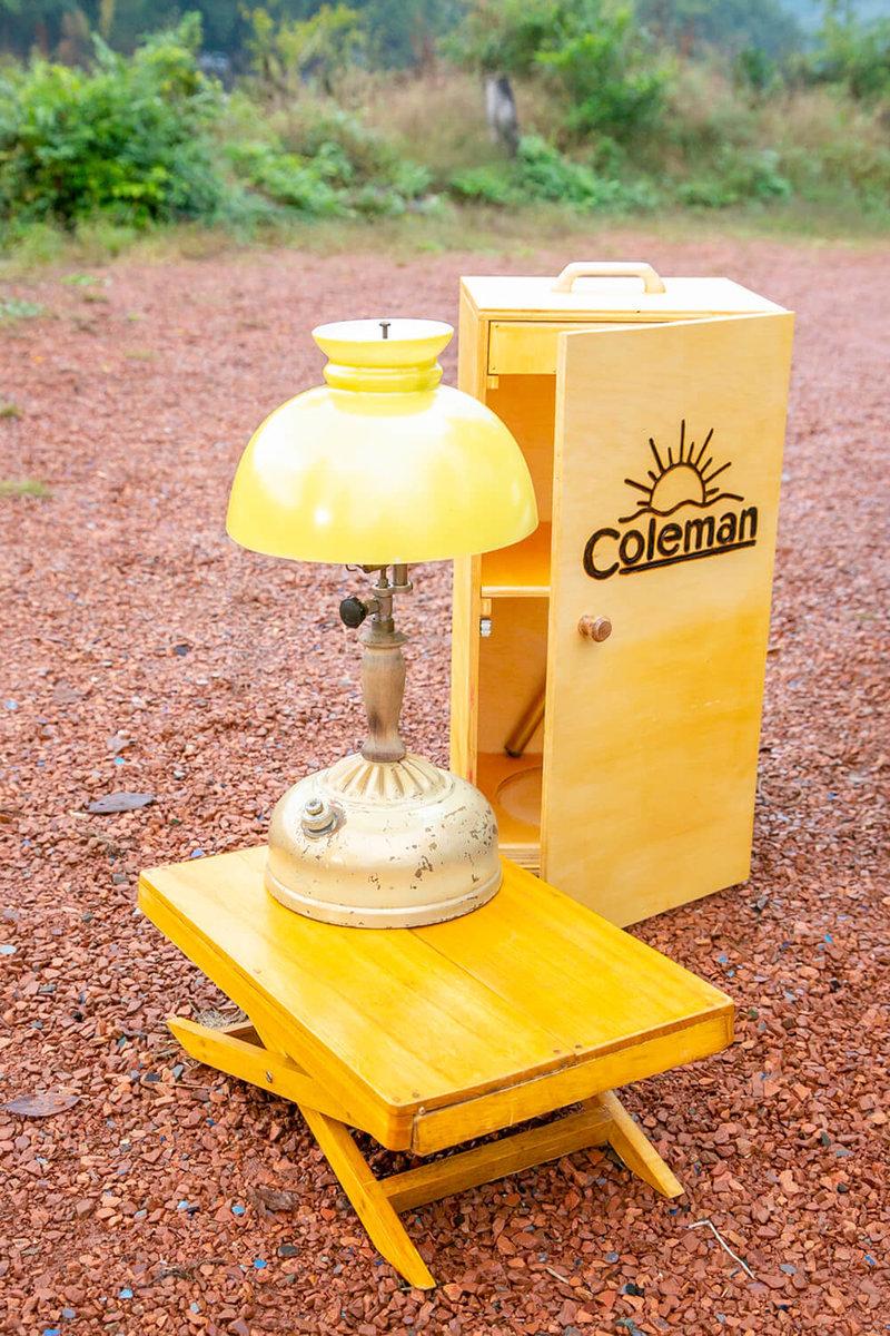 34 コールマンのヴィンテージランプ。お手製の木製ケースとともに