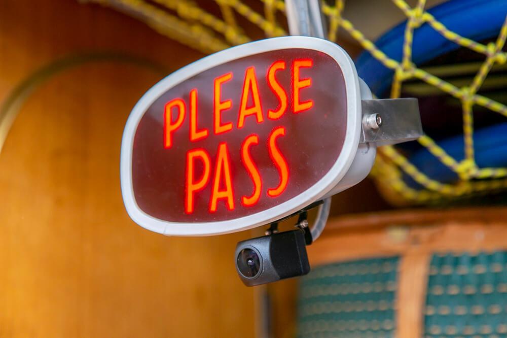 35 バックカメラと一緒につけたプレートには「PLEASE PASS(どうぞお先に)」の文字