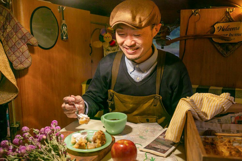 43 手作りのアップルクランブルをワーゲンバスの中で食べているところ