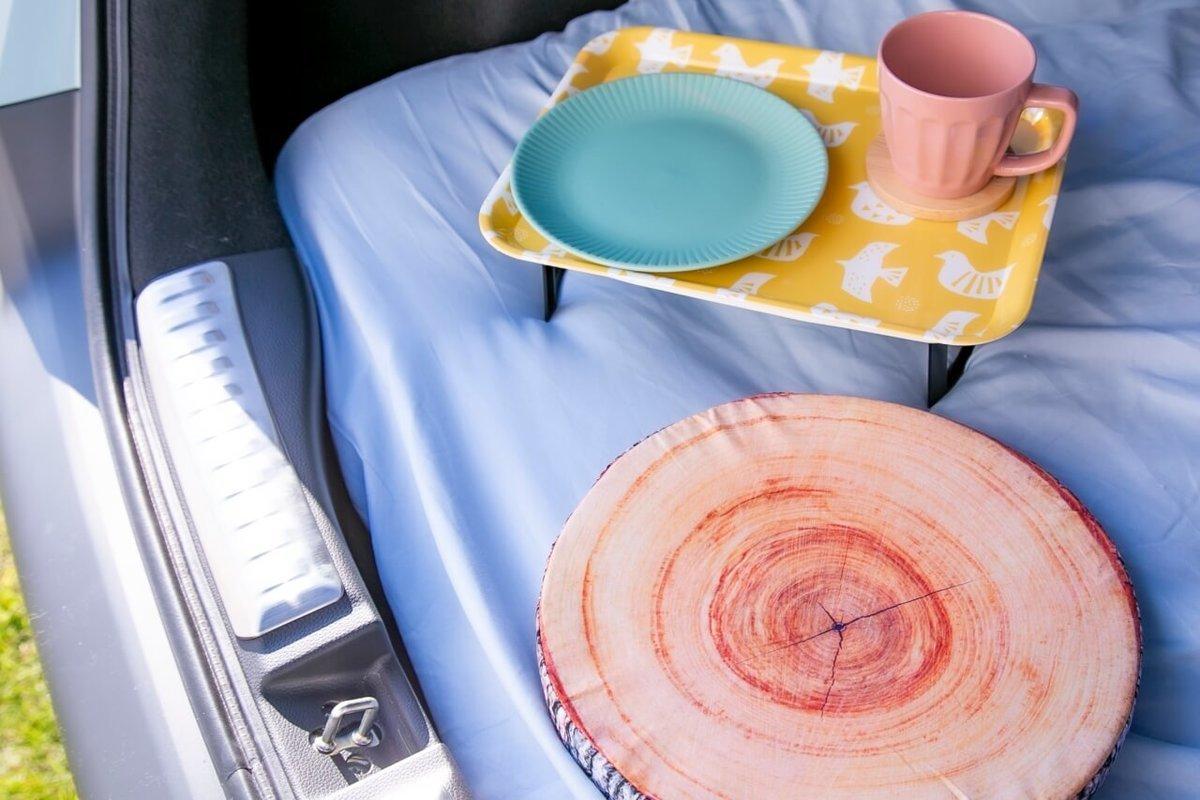 セリアのアウトドアグッズのシリーズ「モンターニュ」のミニテーブルの上に、北欧調のトレイを置いて可愛らしい雰囲気に