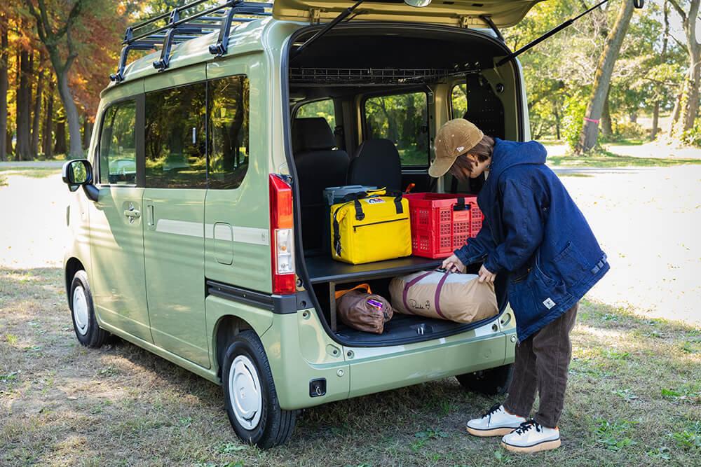 N-VANの荷室にキャンプ用の荷物を積み込む女子キャンプの第一人者・こいしゆうかさん