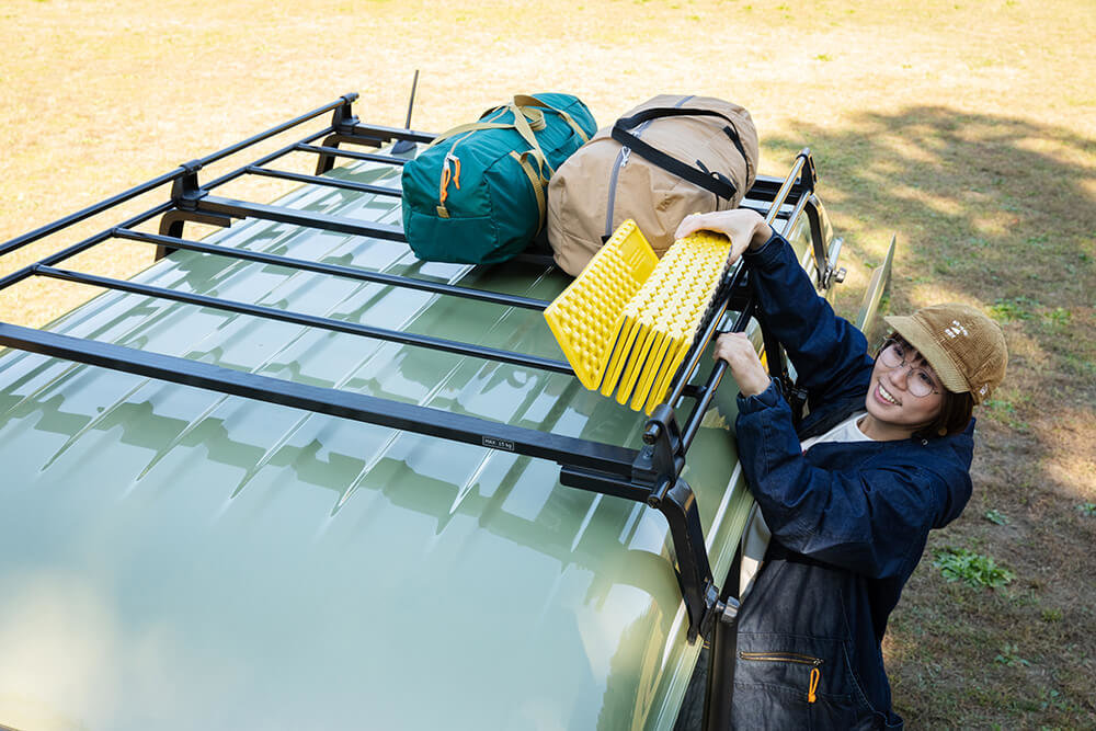 N-VANのルーフキャリアにキャンプ用の道具を積み込む女子キャンプの第一人者・こいしゆうかさん