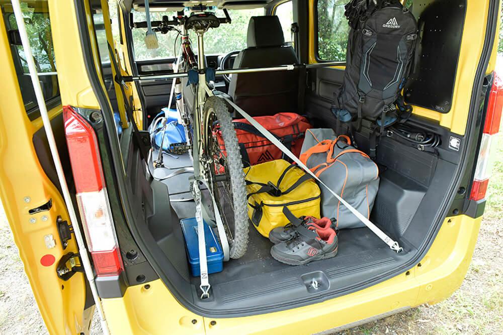 荷室にマウンテンバイクを載せたN-VAN