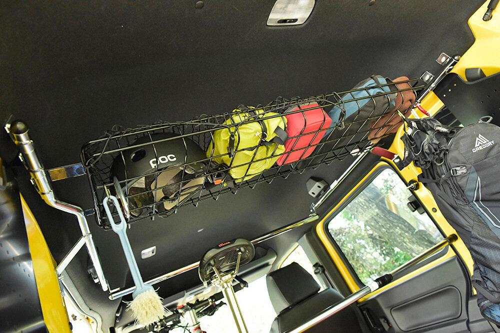 荷室の天井部分に棚を設置して小物収納をしているN-VAN