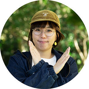 女子キャンプの第一人者・こいしゆうかさんがNGポーズをする写真