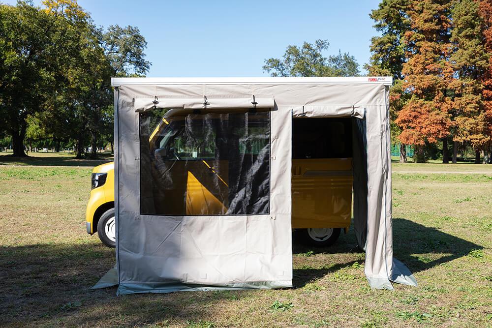 サイドオーニング+プライバシーテントを付けた状態のサイドから見たN-VAN