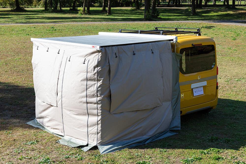 サイドオーニング+プライバシーテントをフルクローズで付けた状態の斜め後ろから見たN-VAN