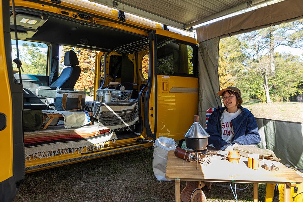 サイドオーニング+プライバシーテントを付けたN-VANでキャンプを楽しむ女子キャンプの第一人者・こいしゆうかさん