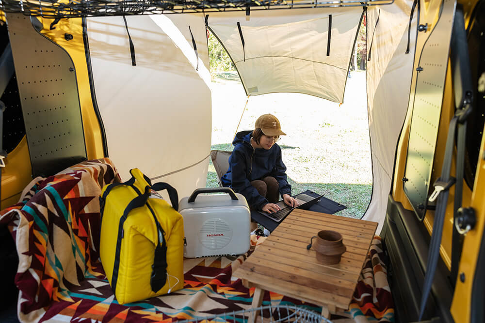 テールゲートタープを付けたN-VANでキャンプを楽しむ女子キャンプの第一人者・こいしゆうかさん