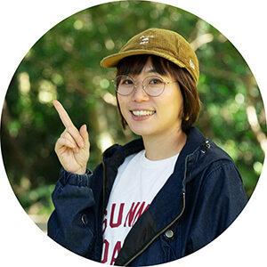 女子キャンプの第一人者・こいしゆうかさんが指差しポーズをする写真