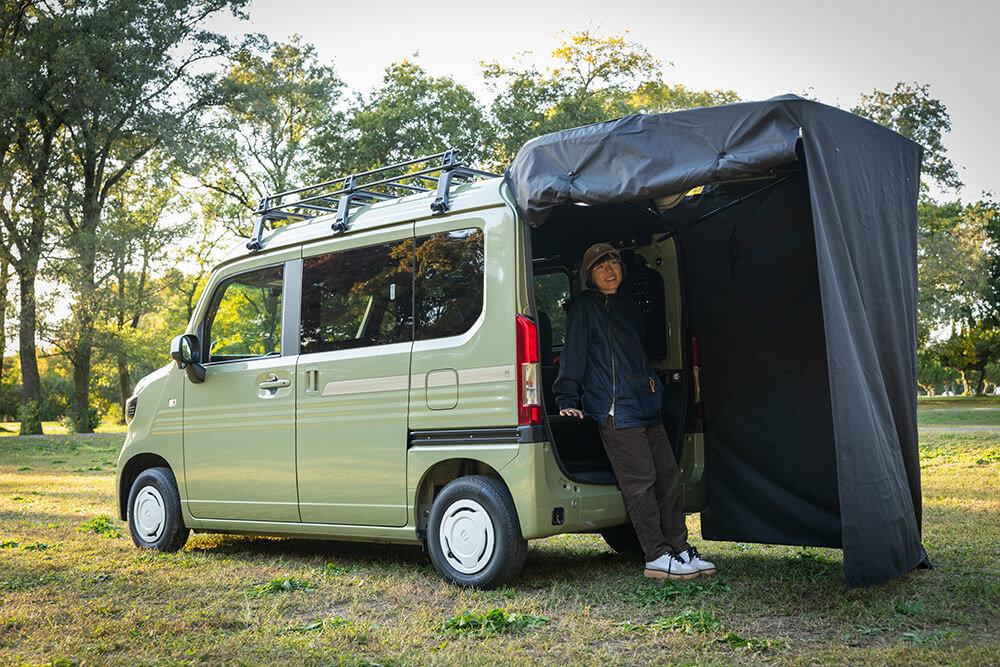 テールゲートカーテンを付けたN-VANでキャンプを楽しむ女子キャンプの第一人者・こいしゆうかさん