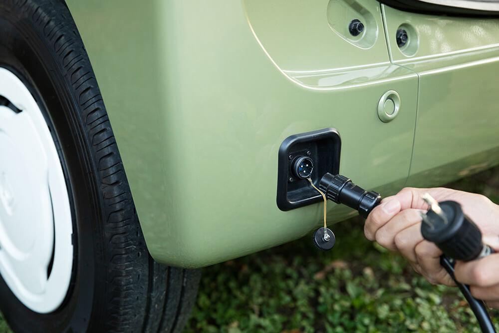 外部電源入力キットを車外のソケットに取り付けたN-VAN