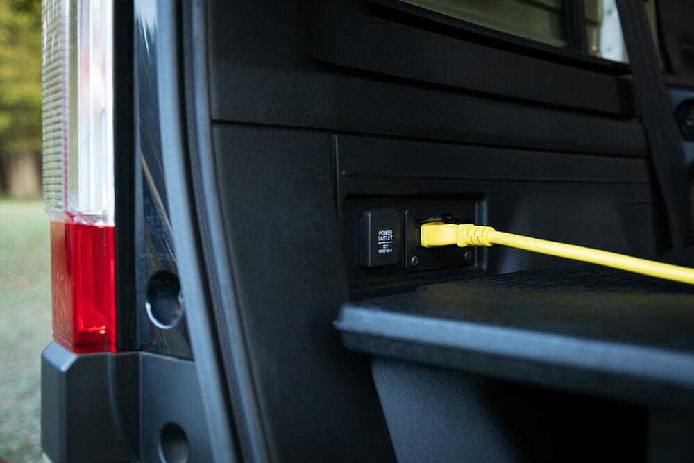 外部電源入力キットを車内のソケットに取り付けたN-VAN