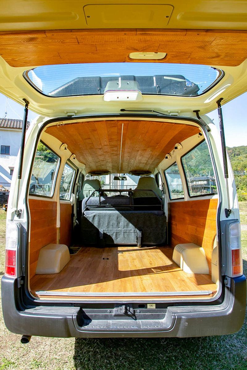 バンライフ仕様に内装を板張りカスタムした、野あそび夫婦所有の日産キャラバンの車内