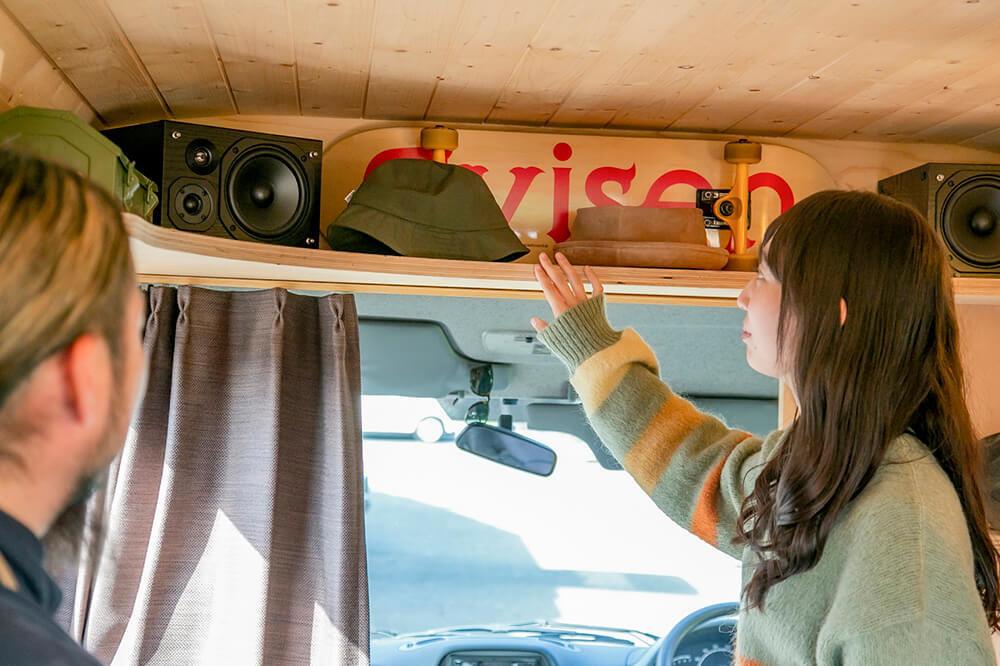 鈴木大地さんのメルセデス・ベンツのトランスポーターT1Nの車内で、板張り内装カスタムについて質問する森さん
