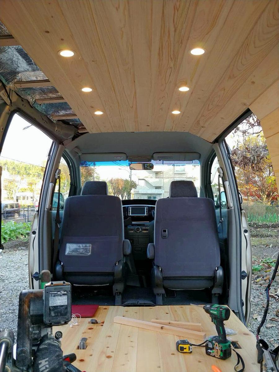 トヨタ ヴォクシーの車内で、断熱材と下地材の上に天井の板を張っている途中のところ