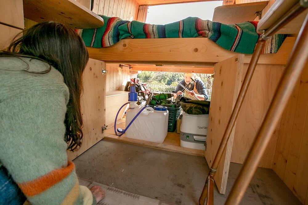 鈴木大地さんのメルセデス・ベンツのトランスポーターT1Nの車内にいる森さんが、荷室の外にいる鈴木さんと会話している