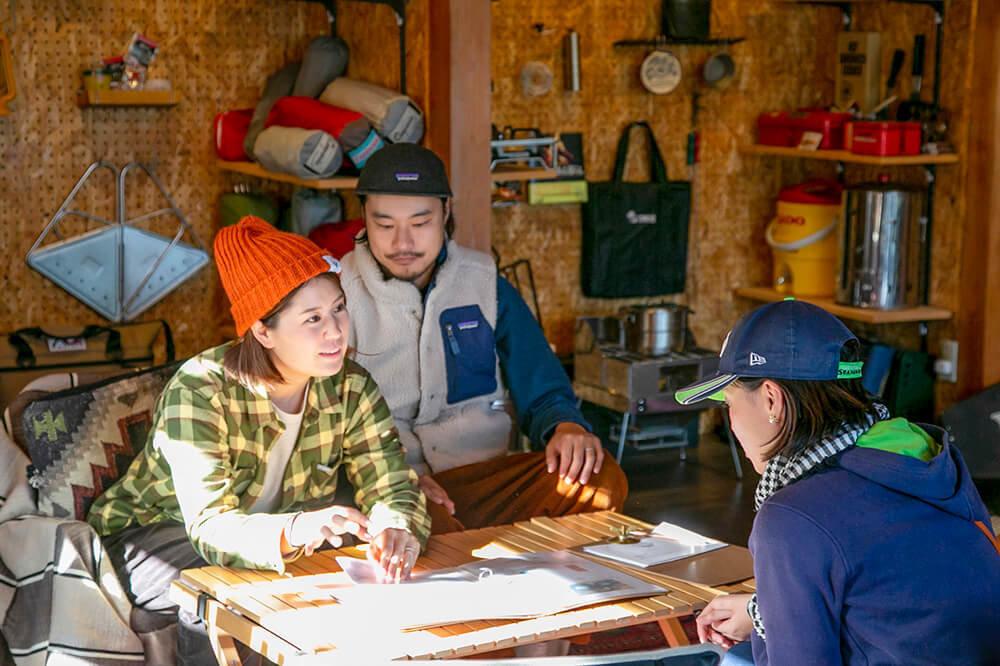 キャンプ民泊「NONIWA(ノニワ)」に来た人に説明をする野あそび夫婦