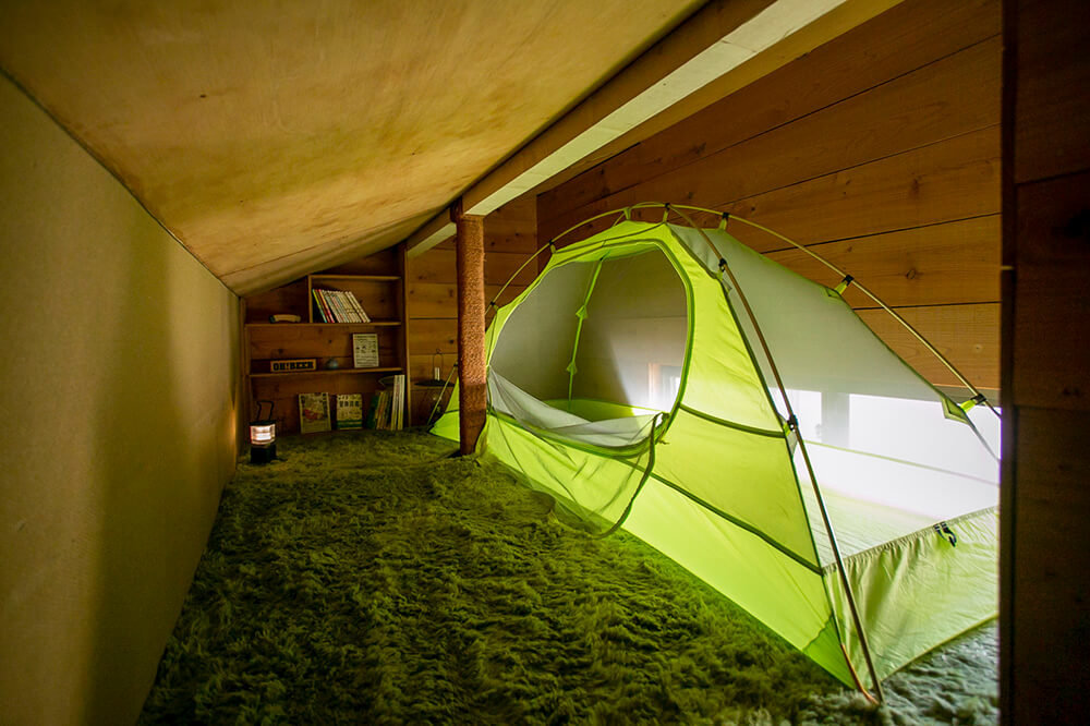 キャンプ民泊「NONIWA(ノニワ)」の屋根裏部屋にもテントがある