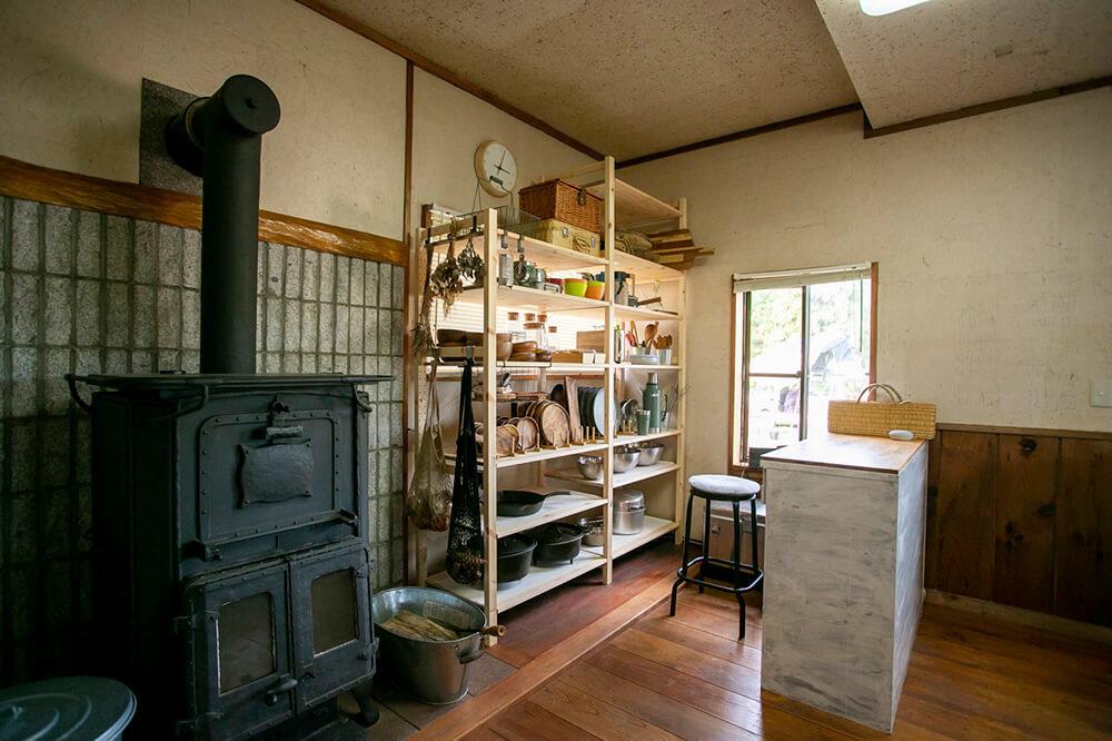 キャンプ民泊「NONIWA(ノニワ)」のキッチンにある薪ストーブ