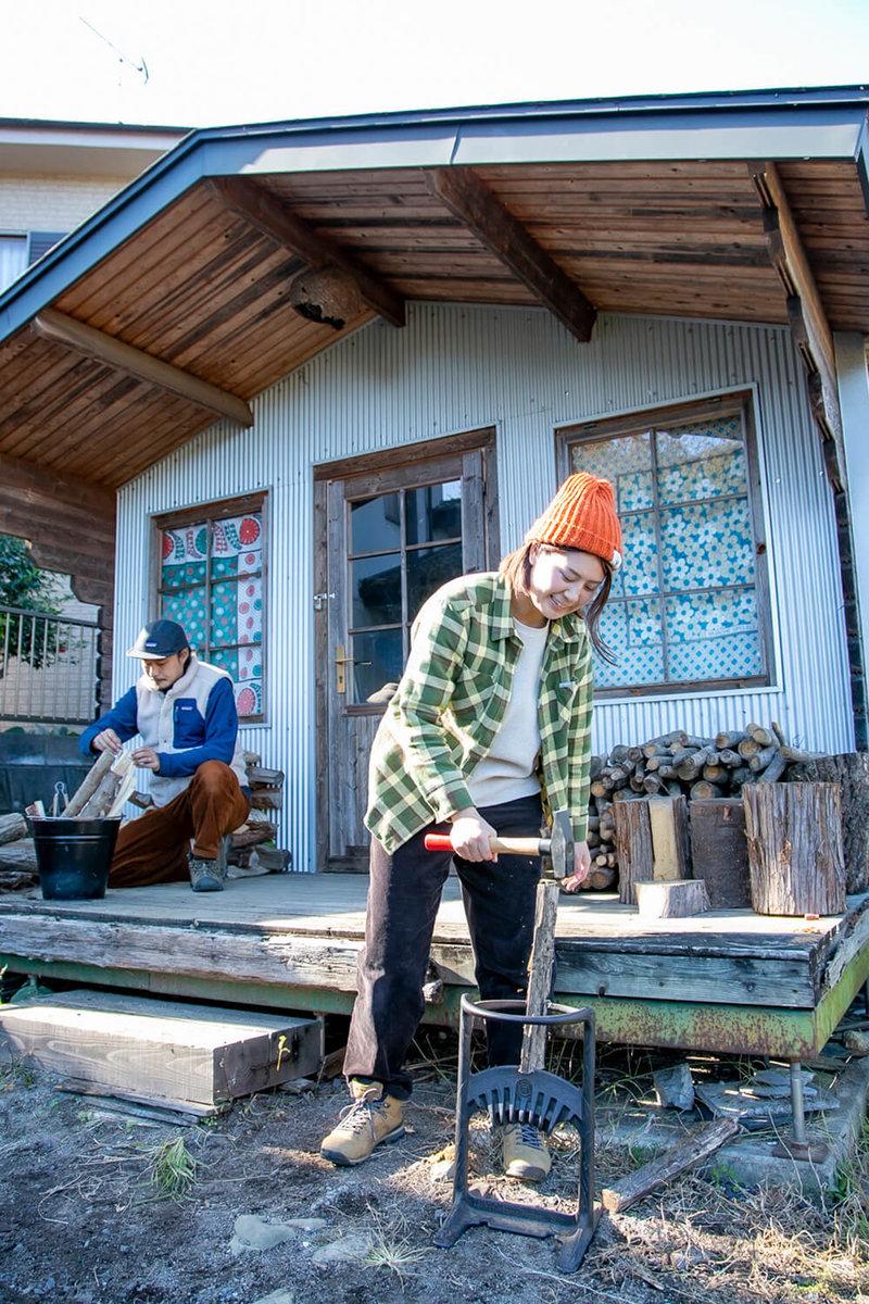 キャンプ民泊「NONIWA(ノニワ)」の作業小屋で薪割りする野あそび夫婦