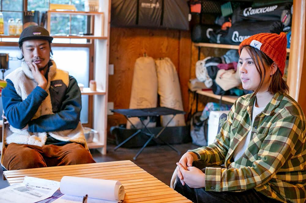 キャンプ民泊「NONIWA(ノニワ)」のリビングルームで話をする野あそび夫婦
