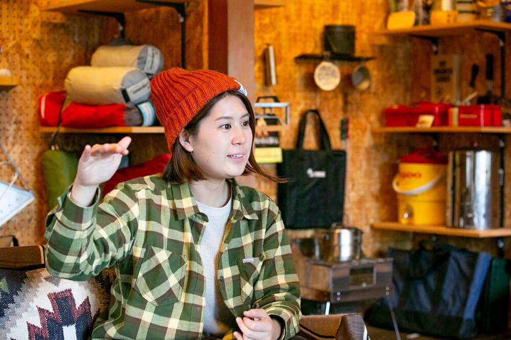 キャンプ民泊「NONIWA(ノニワ)」のリビングルームで話をする野あそび夫婦のエリーさん