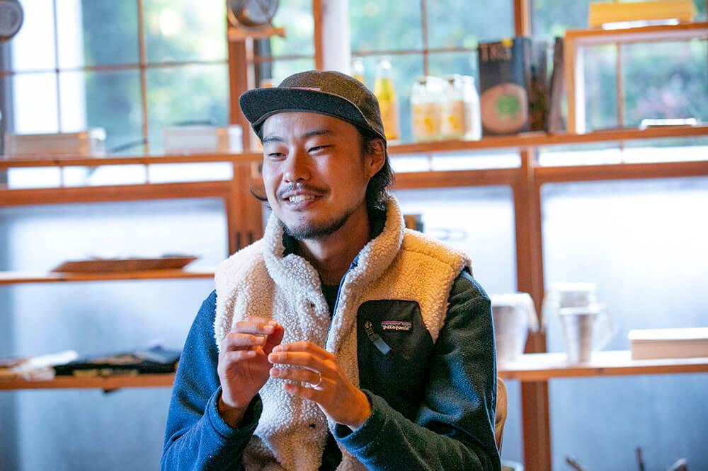 キャンプ民泊「NONIWA(ノニワ)」のリビングルームで話をする野あそび夫婦のアオさん