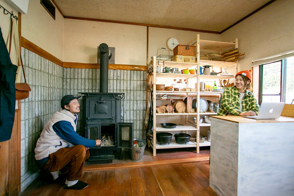 キャンプ民泊「NONIWA(ノニワ)」のキッチンで話をする野あそび夫婦