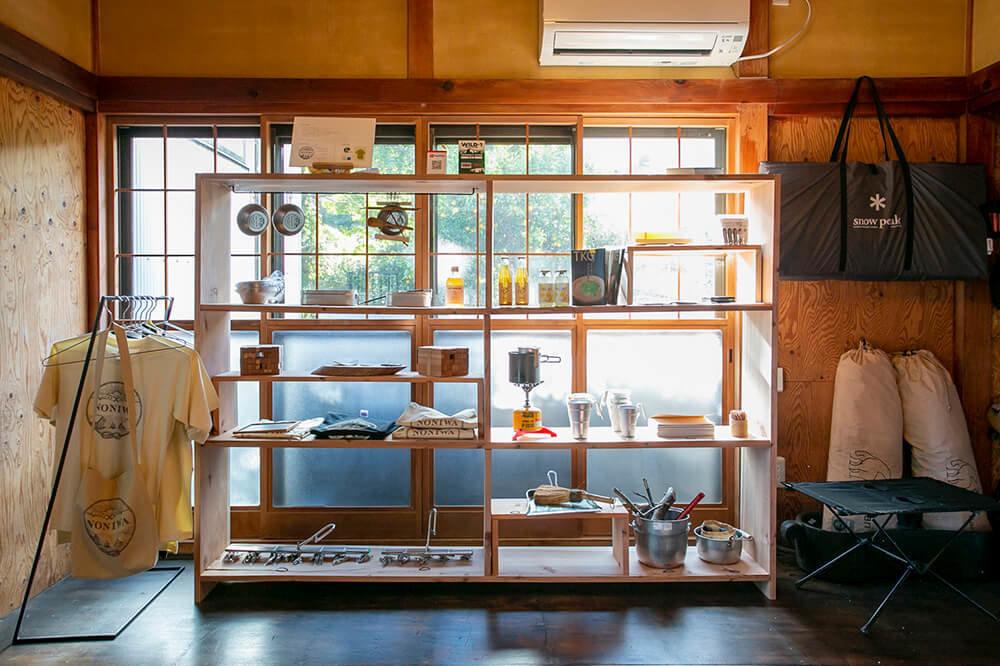 キャンプ民泊「NONIWA(ノニワ)」のリビングルームの飾り棚