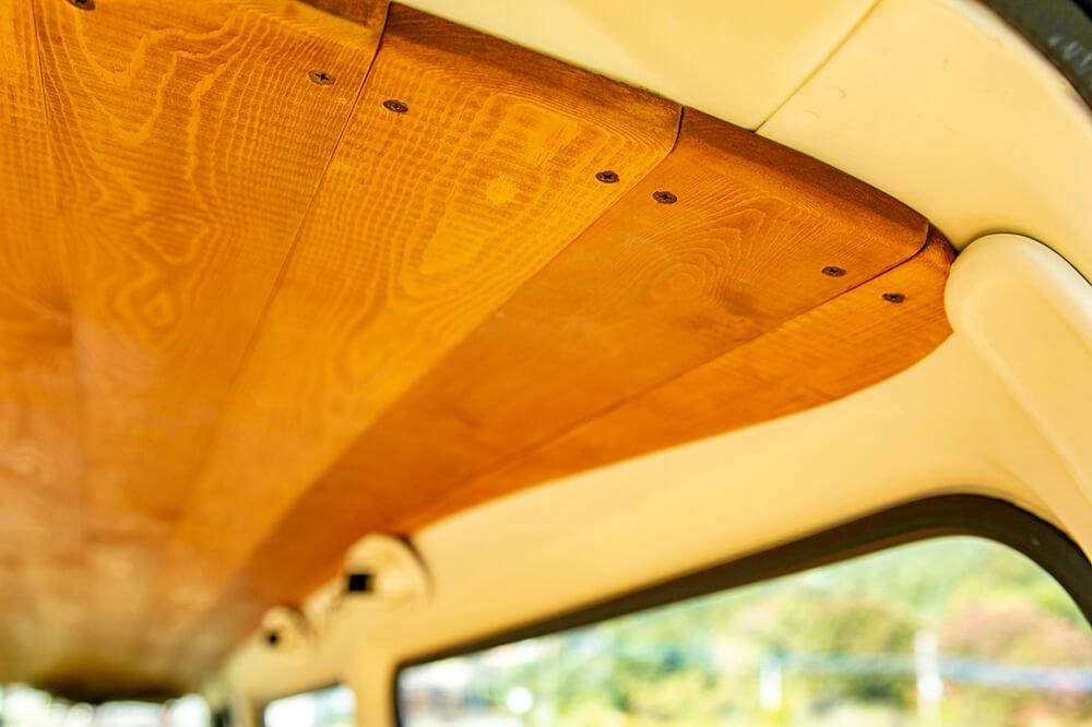 野あそび夫婦のバンライフ車、天井の板張りのアップ