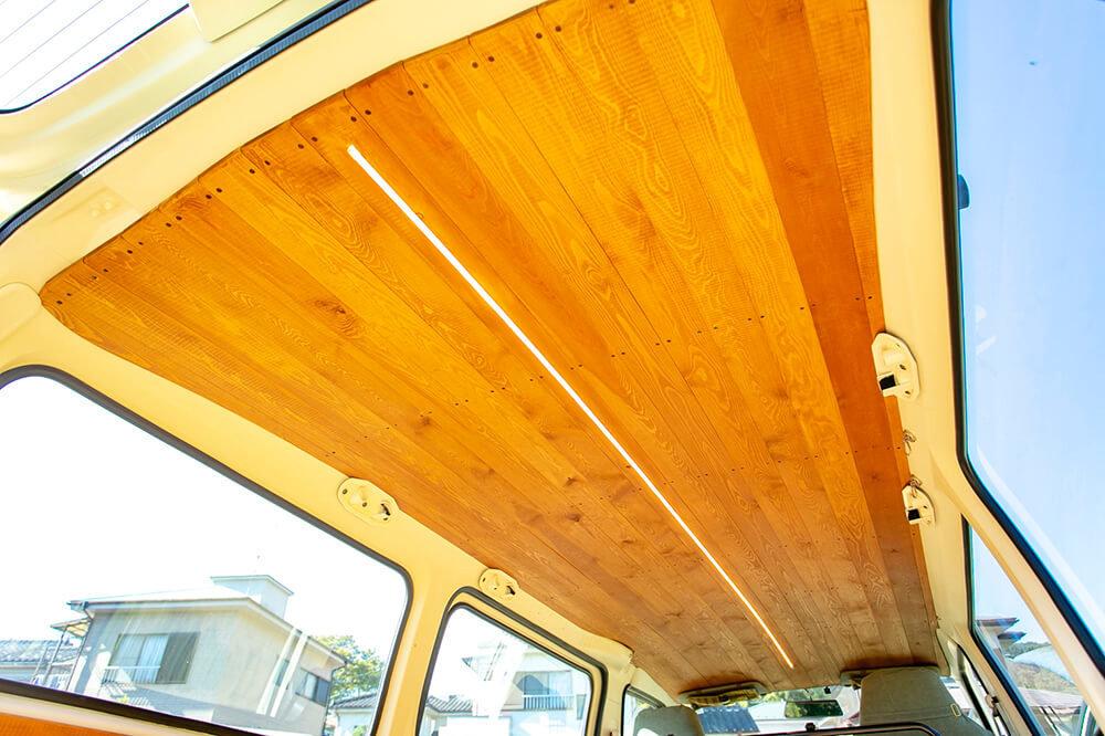 野あそび夫婦のバンライフ車、天井には長いLEDライトがまっすぐ1本ついている